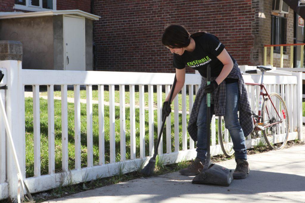 Image d'une femme qui effectue une corvée de nettoyage