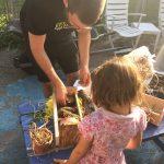 Photo d'un homme qui explique des notions environnementales à une jeune fille