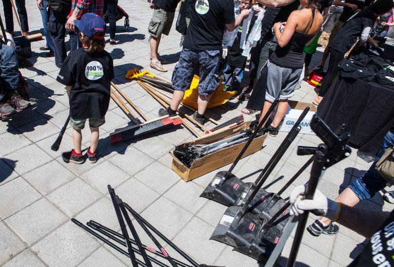 Des gens se regroupent autour de matériel de corvée de nettoyage